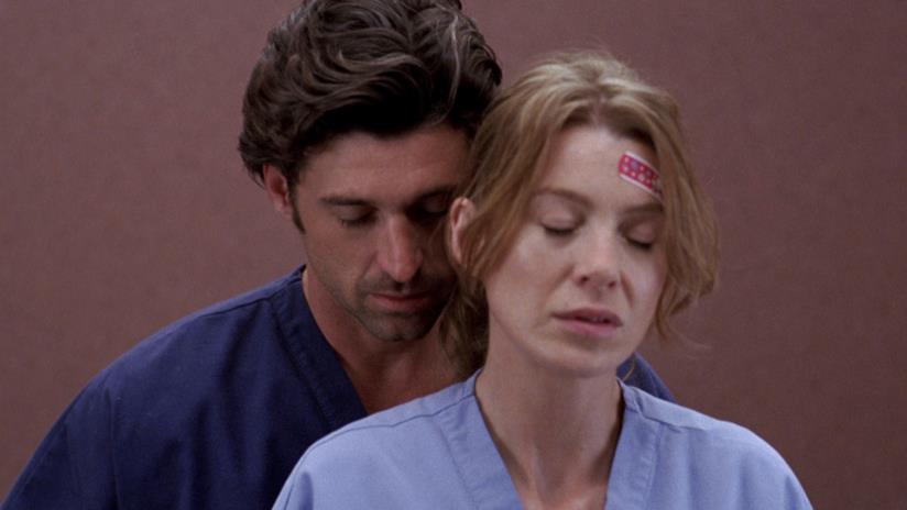 Derek Shepherd si avvicina piano a Meredith Grey in ascensore.