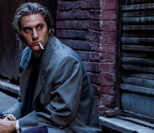 Luca Marinelli in una scena del film Martin Eden