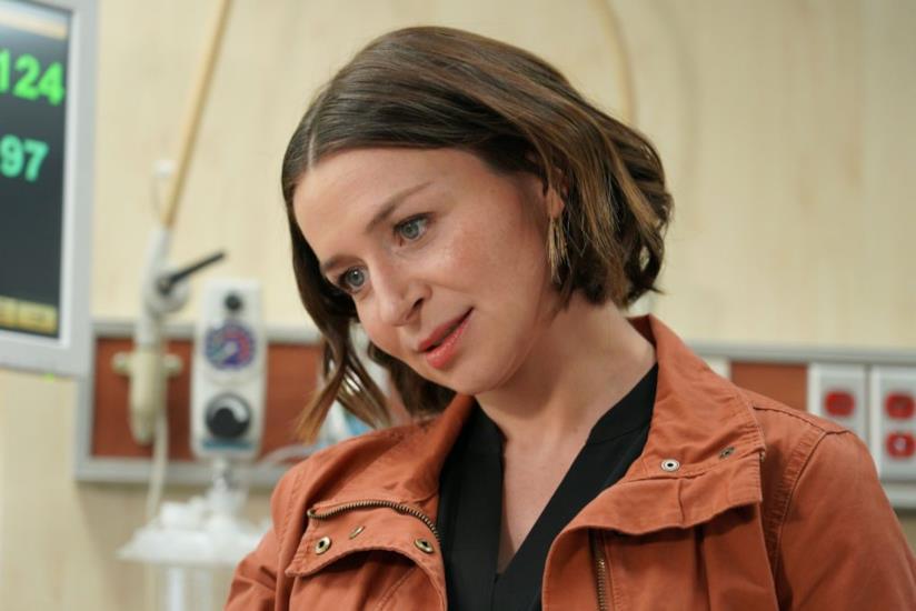 Caterina Scorsone nei panni di Amelia in una scena di Grey's Anatomy 16