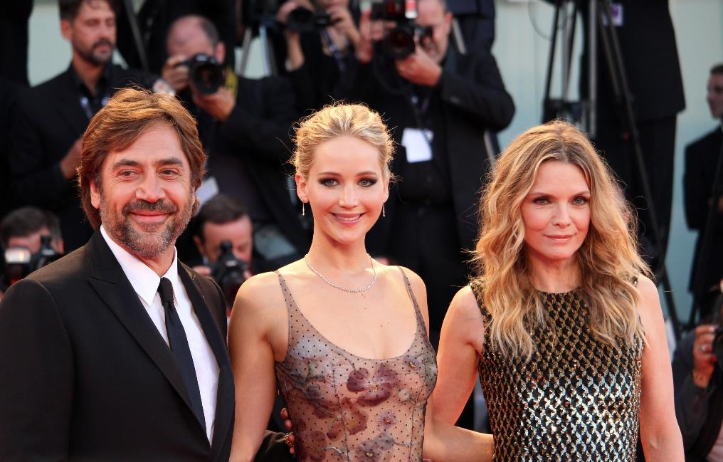 Jennifer Lawrence, Michelle Pfeiffer, Javier Bardem sul red carpet di Madre!.