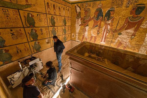 Tomba di Tutankhamo: tecnici a lavoro