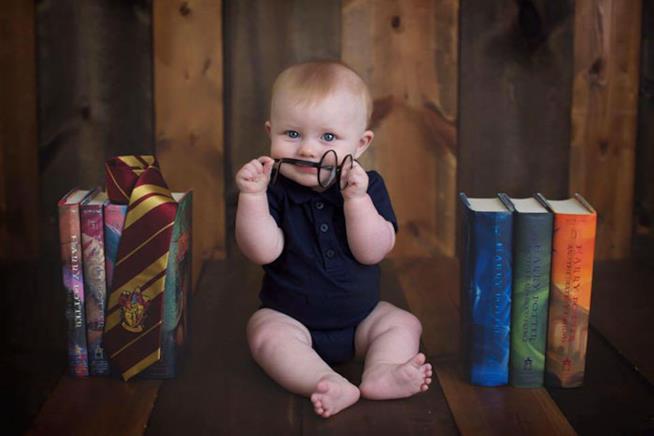 Bimbo con libri Harry Potter