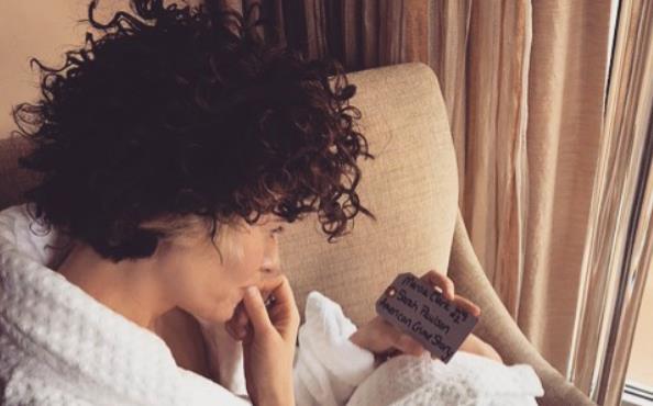 Sarah Paulson con la parrucca di Marcia Clark, indossata in American Crime Story