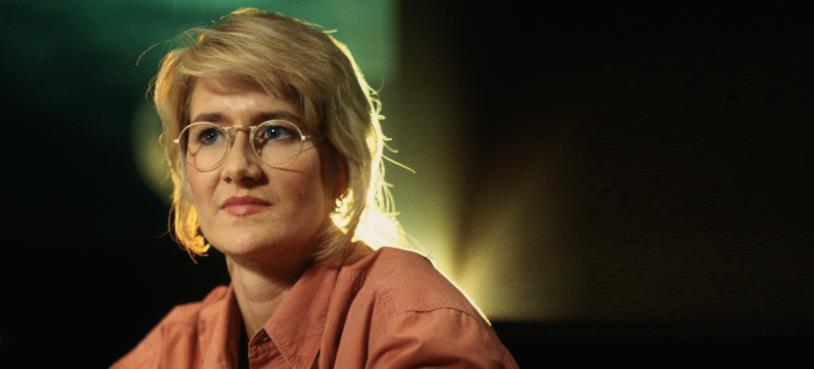 Laura Dern con gli occhiali e una camicia color salmone