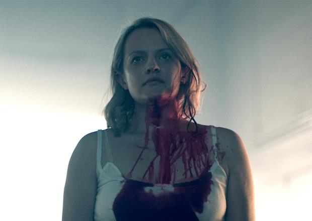 Mezzo primo piano di Difred col collo e il petto imbrattati di sangue