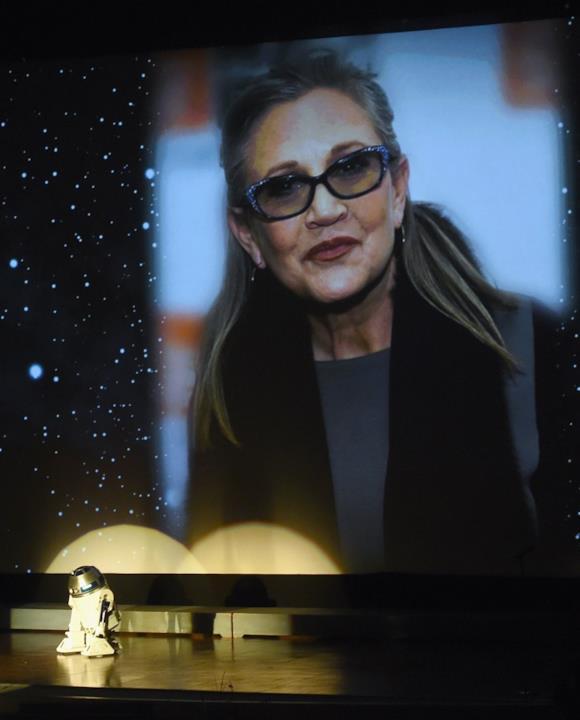 Un'immagine recente di Carrie Fisher proiettata al memorial