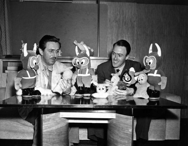 Walt Disney in compagnia di Roald Dahl, l'autore del Grande Gigante Gentile.