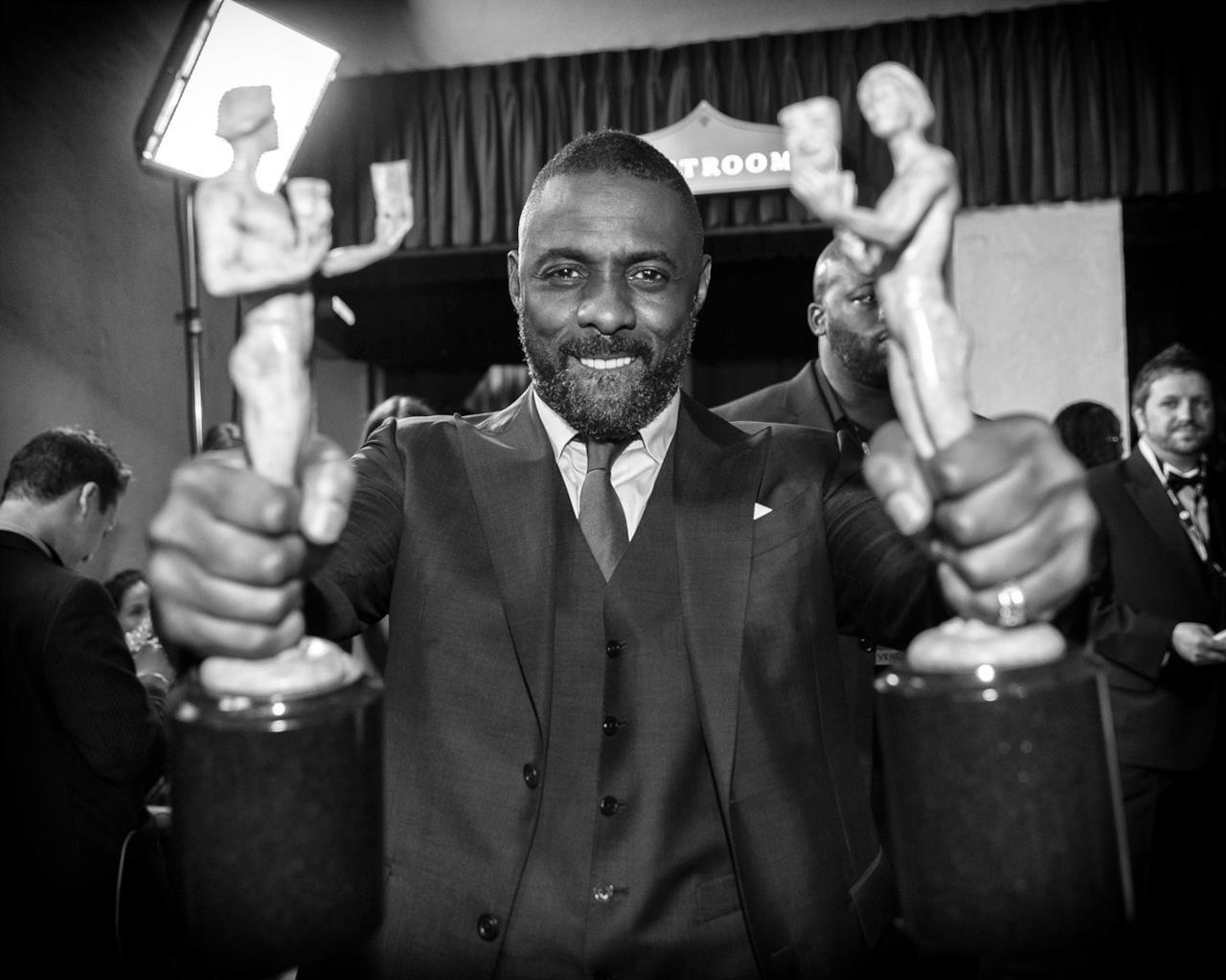 Idris Elba col suo doppio premio ai SAG Awards 2016