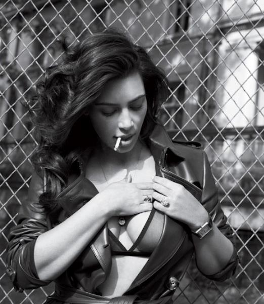 Kim Kardashian mette in mostra le sue forme con in bocca una sigaretta, tenuta tra le labbra in modo sensuale.