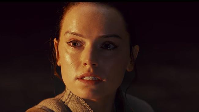 Rey, spaventata e confusa, in una scena tratta dall'ultimo trailer di Star Wars VIII