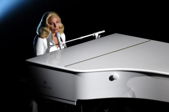 Oscar 2016: la performance live di Lady Gaga che canta al pianoforte