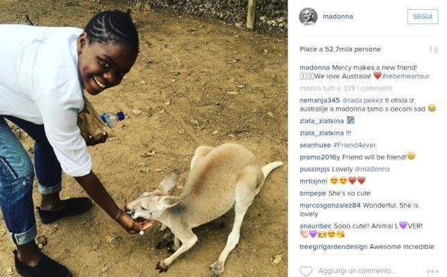 Foto di Mercy con canguro postata da Madonna su Instagram