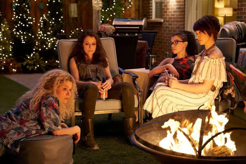 Helena, Cosima, Sarah e Allison sedute in giardino nel finale di serie