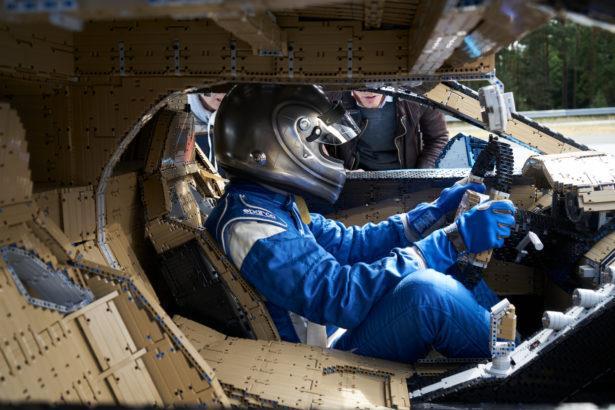 Il pilota Andy Wallace a bordo del modello LEGO Technic Bugatti Chiron in scala 1:1