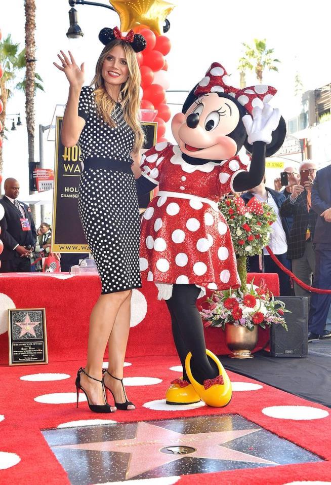 Primo piano di Minnie Mouse e la modella Heidi Klum sulla Walk of Fame di Hollywood