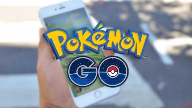 Un giocatore alle prese con Pokémon GO sul suo smartphone