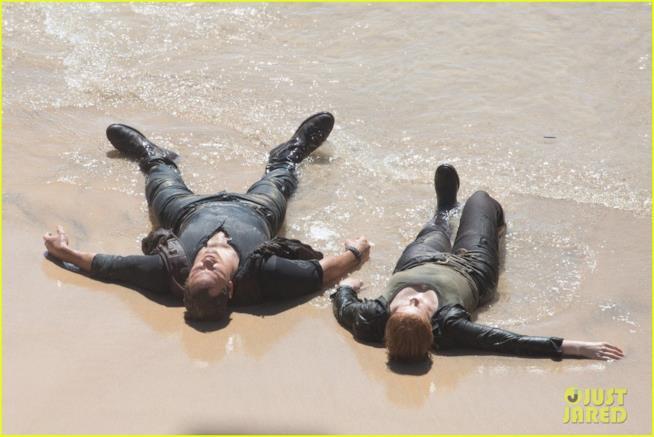Chris Pratt e Bryce Dallas Howard esausti sul bagnasciuga durante una scena