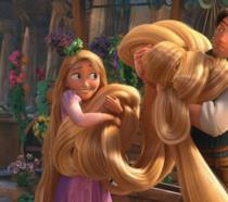 Rapunzel ed Eugene che le regge i capelli