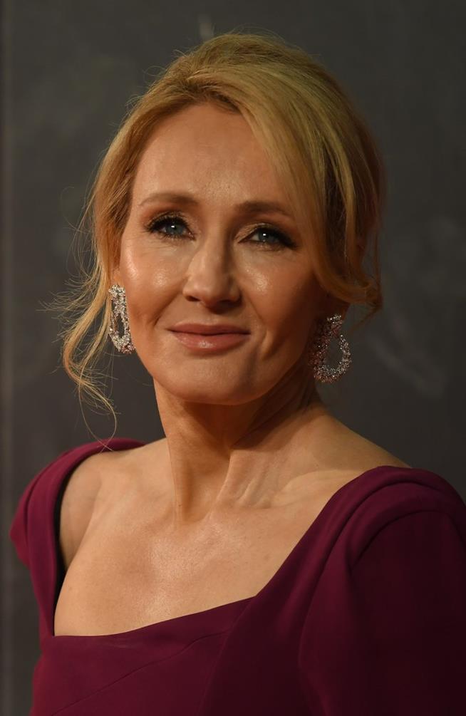 J.K. Rowling con un abito porpora in uno scatto di primio piano
