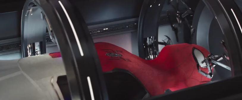 La nuova Stark Suit in fase di realizzazione in una scena di Spider-Man: Far From Home