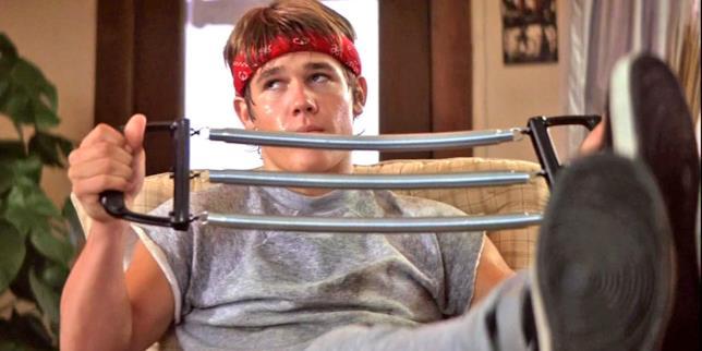 Josh Brolin si allena in una scena de I Goonies