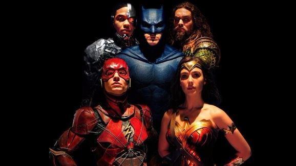 Un primo piano della Justice League in un'immagine promozionale del film