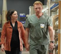 Amelia a Owen in una scena tratta dall'episodio 16x07