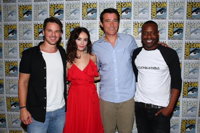 Il cast di Timeless in posa prima del panel al SDCC 2017