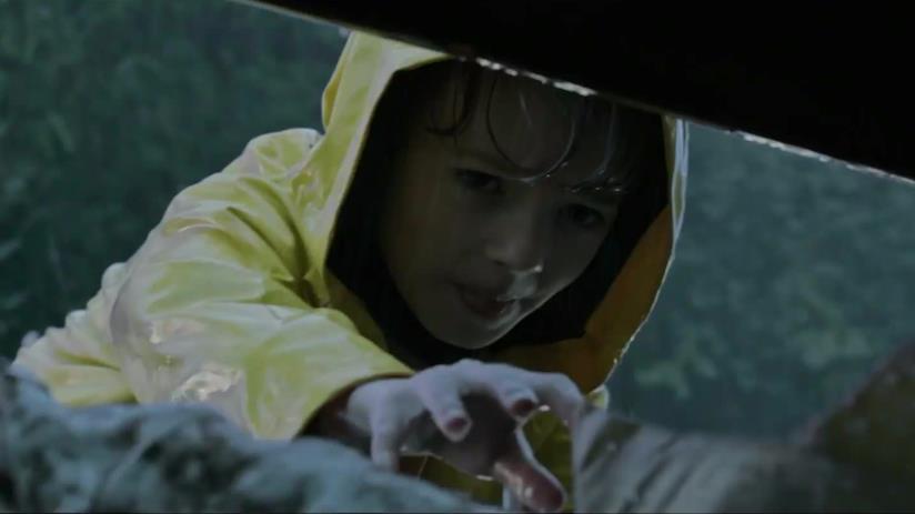 Georgie tenta di afferrare la sua barchetta