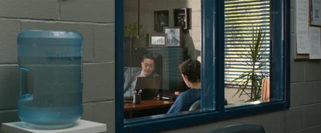 Una scena di Spider-Man: Homecoming con il preside Morita e Peter Parker