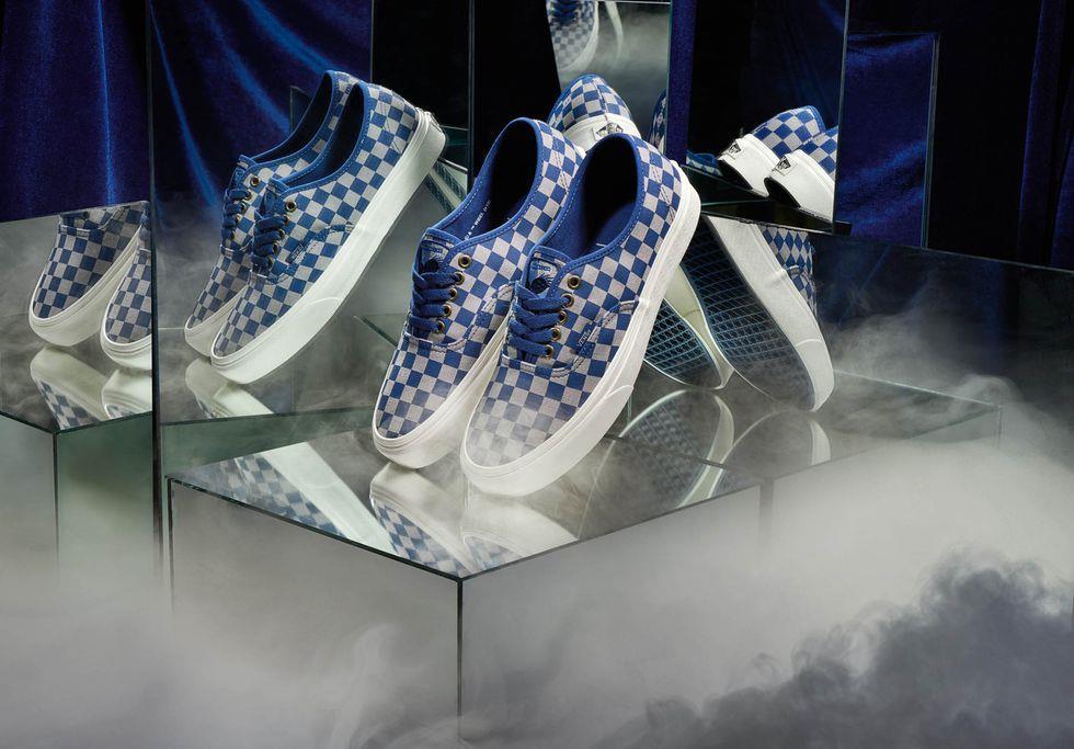 Un'immagine con le sneaker modello Authentic dedicate a Corvonero