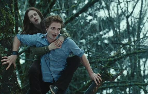 Edward prende in spalla Bella in Twilight