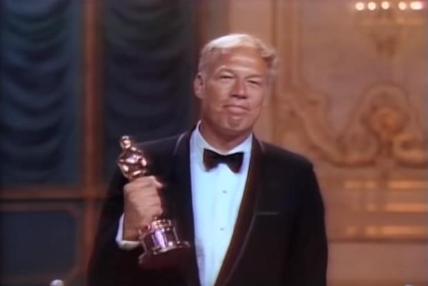 George Kennedy stringe il suo Oscar per Nick Mano Fredda