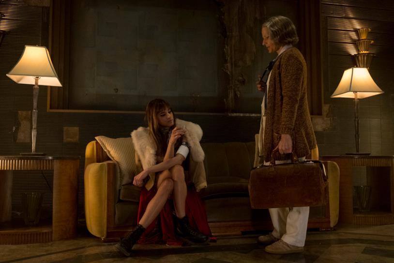 una scena tratta dal noir Hotel Artemis, con Sofia Boutella e Jodie Foster