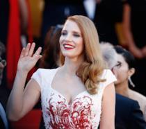 Jessica Chastain sorridente saluta il pubblico di Cannes 70