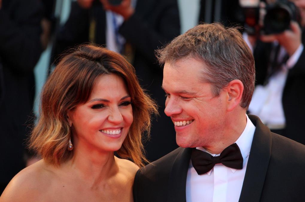 Luciana Barroso e Matt Damon sorridono ai fotografi sul red carpet