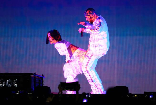 Immagine di Rihanna e Drake che duettano sul palco