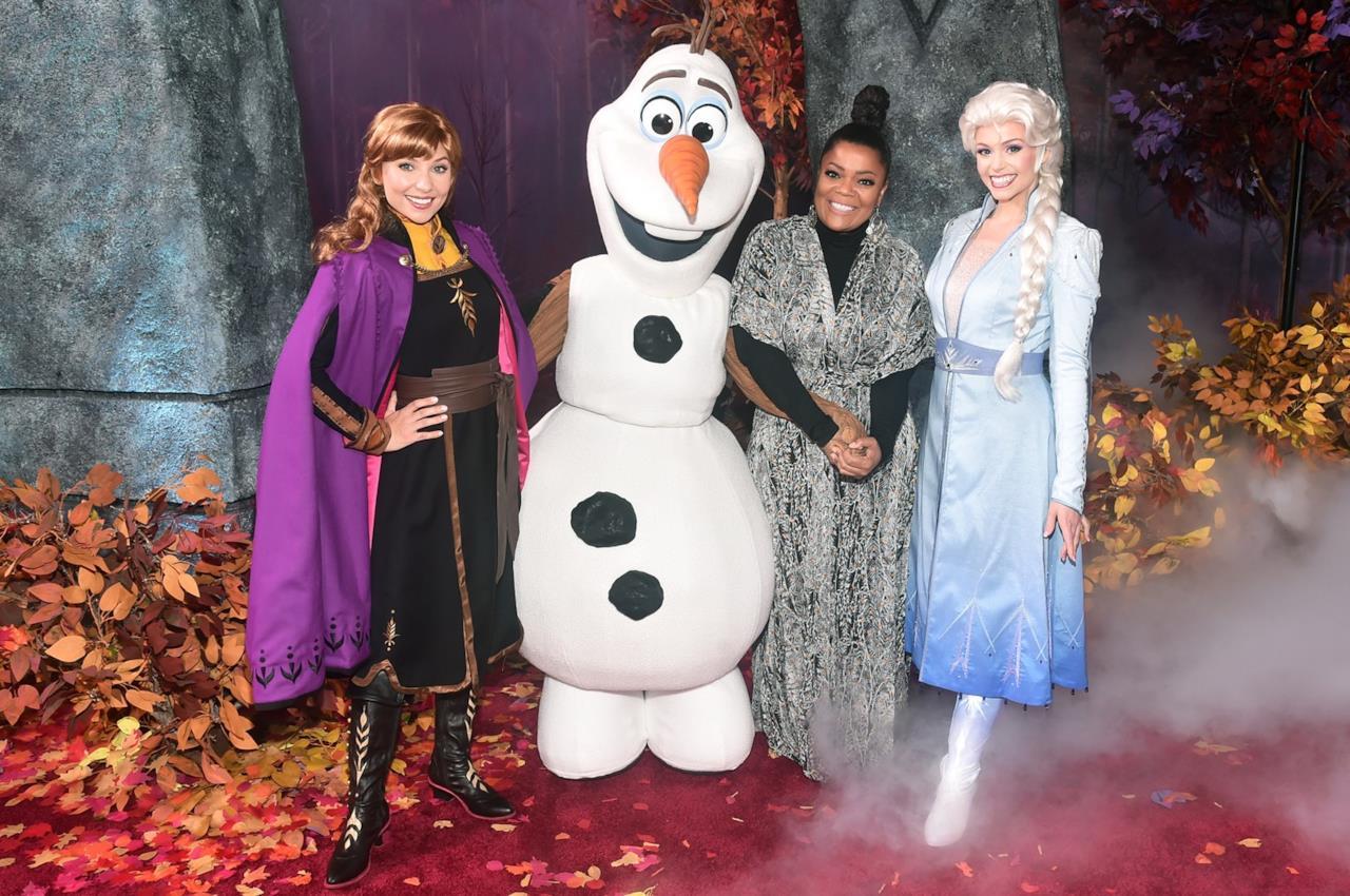Olaf, Anna ed Elsa in posa con Yvette Nicole Brown