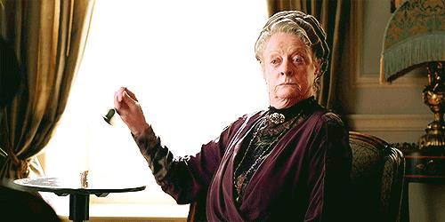 GIF di Maggie Smith nel ruolo di Lady Violet mentre suona il campanello