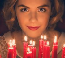 Kiernan Shipka nei panni di Sabrina Spellman dal poster de Le Terrificanti Avventure di Sabrina