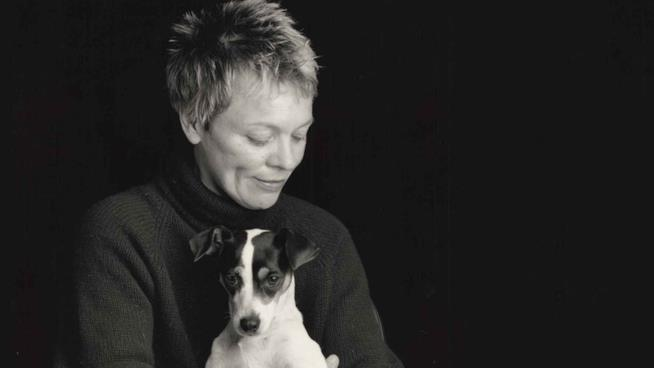 Laurie Anderson: foto in bianco e nero con cane
