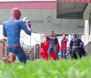 Fan si fotografa coi suoi supereroi preferiti in modo semplice e geniale [GALLERY]