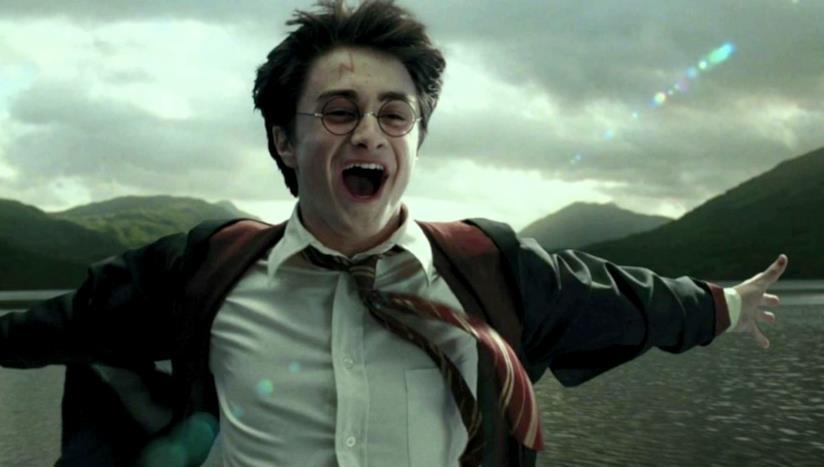 Harry Potter mentre sorvola i mari vicino Hogwarts