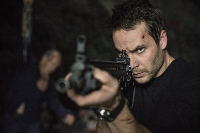 Taylor Kitsch imbraccia un fucile in American Assassin
