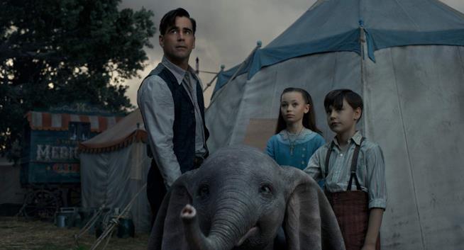 Colin Farrell in una scena di Dumbo con l'elefantino e i bambini