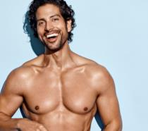 Adam Rodriguez sorridente a petto nudo