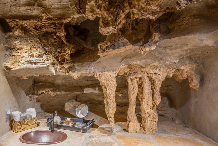 L'interno della Beckam Creek Cace Lodge: parete in roccia presente in uno dei bagni della struttura
