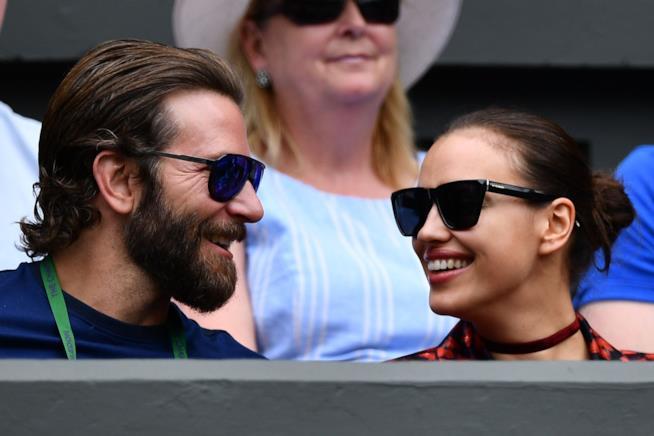 Primo piano di Irina Shayk e Bradley Cooper sorridenti