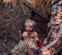 La bimba in versione zombie vicino a suo padre