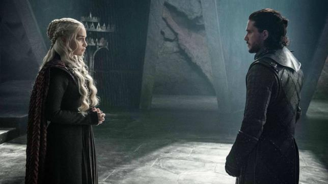 Emilia Clarke e Kit Harrington sul set di Game of Thrones